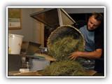 Auch die Lagerung wird ständig kontrolliert. Das Heu muss sauber und trocken gelagert werden. Damit die Grenzwerte für Bakterien und Pilze eingehalten werden, wird es stets gut durchlüftet. Die Behandlung des Heus mit Fungiziden, Konservierungsstoffen oder ähnlichem ist verboten.