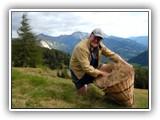 Sowohl die Wiesen und das Heu als auch der Erntevorgang werden regelmäßig kontrolliert. Die Bewirtschaftung von den mindestens auf 1.700 Meter über dem Meeresspiegel gelegenen Bergwiesen ist auch heutzutage noch meist Handarbeit.